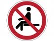 16: Verbotsschild - Sitzen verboten (gemäß DIN EN ISO 7010)
